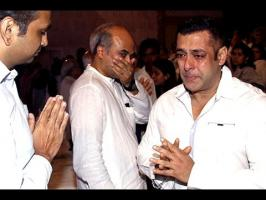 Superstar Salman Khan attended the prayer meet of Rajshri Media CEO Rajjat Barjatya on Sunday. The Sultan actors couldn't control his emotions and was seen i...