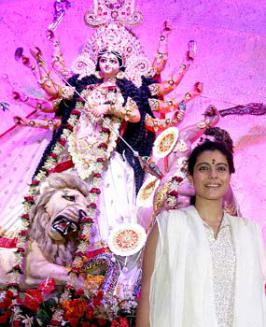 Kajol At \'North Bombay Sarbojanin\'s Durga Puja\', Bollywood Video - Check out Bollywood Videos, Movie Promos, Hindi Music Videos, Movies in Making, Celebrity interviews, Parties and Events Videos only on Bollywood Hungama, India\'s premier bollywood portal.
