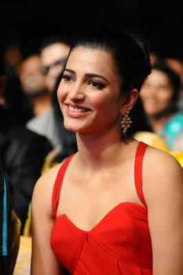Shruti Hassan looking sexy in red gown at Asia Vision Movie Awards 2012 Photo stills
