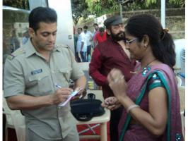 Handsome Salman Khan rare, unseen pictures from the sets of film Dabangg 2.