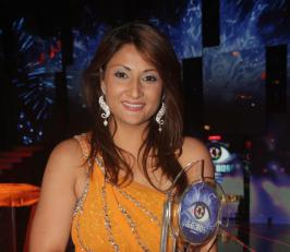 Superseding all the contestants, Urvashi Dholakia emerged as the winner of 'Bigg Boss 6′. Twitter is abuzz with tweets congratulating the mother of two – Urvashi Dholakia.