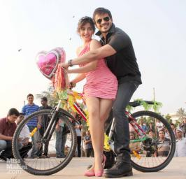 Vivek Oberoi goes down on his knee for Neha Sharma Dressed up in full tapori-style, actor Vivek Oberoi wooed his love, Neha Sharma, in full view of the