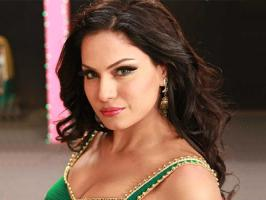 Veena Malik to get kissed more than 100 times in 1 minute! A new kissing recording