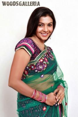Beautiful tamil actress Kadhal Saranya getting hot yummy navel displayed in transparent saree.