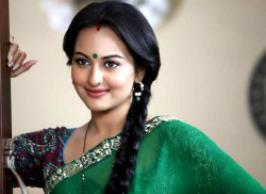 For all the fans of Sonakshi Sinha, here\'s some bad news.If you were eagerly waiting to see Sona\'s new look in Lootera, here\'s the dampener.Looks like she will be seen in the same saris, sleeved blouses, plaited hair, and the round \'bindi\' on her forehead, yet again!