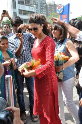 Deepika Padukone Snapped At Siddhivinayak Temple Stills,Hindi Deepika Padukone Snapped At Siddhivinayak Temple Photos