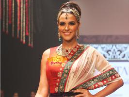 Neha Dhupia dazzles the ramp on Gitanjali Jewels collection show at IIJW 2013