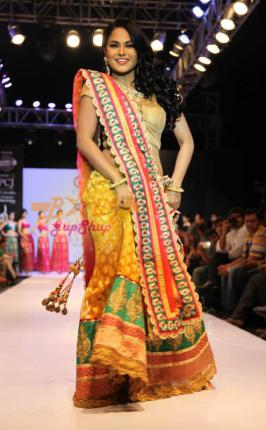 Supermodel Veena Malik dazzles the ramp of  PC Jewellers