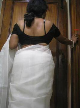 HOT PHOTOS: Aunty showing her hot back