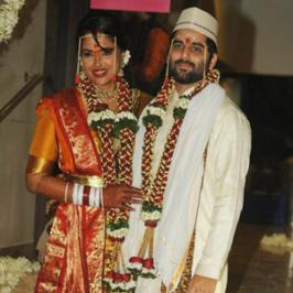 Sameera Reddy's marriage was aprivate affair with close knights from the industry along with family members. Mumbai based entrepreneur Vardenchi motorcycles owner Akshai Varde tied knot with Sameera yesterday at bride's house.