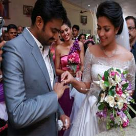 Actress Amala Paul got engaged to director AL Vijay on Saturday [Jun 7] at a church in Aluva. The yet-to-be-wedded couple who were in love from quite sometime exchanged the rings in the presence of director Lal Jose, GV Prakash, Saindhavi and several of their colleagues and friends from the industry
