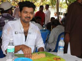 Ilayathalapathy Vijay, the actor known for his social activities and helps the poor, has thrown a fest to the entire cast and crew of his Kaththi along with their families. AR Murugadoss directing Kaththi team was shooting in Pushpa Gardens for the past 40 days. On the last day of shoot at Pushpa G