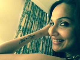 Kochadaiiyaan director and youngest daughter of Superstar Rajinikanth, Soundarya Rajinikanth Ashwin gets tattoo on her hand. The one-film-old filmmaker who many times said she loves her MOM & DAD the most inked their names. Happiest daughter that she is, Soundarya Ashwin posted photographs on h