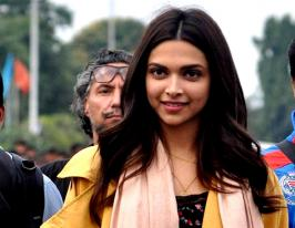 Deepika Padukone At Kolkata Airport For The Shoot