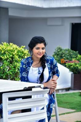Athulya Ravi is an actress and model from Coimbatore, Tamil Nadu. She made her acting debut in tamil movie Kadhal Kan Kattudhe.Athulya Ravi HD Images
