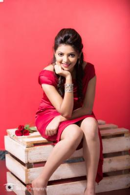 Athulya Ravi is an actress and model from Coimbatore, Tamil Nadu. She made her acting debut in tamil movie Kadhal Kan Kattudhe.