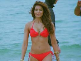 8 Actresses who wooed their fans in bikini on-screen, Anushka Sharma, Deepika Padukone, Bipasha Basu, Everlyn Sharma, Jacquelin Fenandess