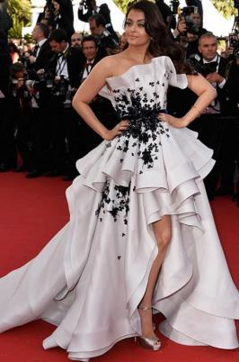 Aishwarya Rai Bachchan stunned everybody throughout the Cannes 2015 film festival with her looks and outfits. She was looking unbelievably beautiful and gorgeous. She also promote her upcoming movie