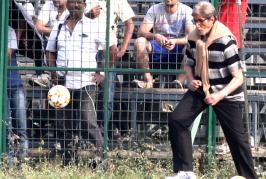 Hllywood superstar Amitabh Bachhan on Tuesday took time off to play some football with the kids at the Mohammedan Sporting ground where he had gone for a fil...