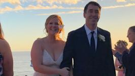 Actress Amy Schumer invited her wedding guests by sending out text messages informing them about their nuptials - just days before she and actor Chris Fischer walked down the aisle.