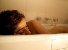 Ileana D'Cruz Hot naked in bathtub the photo click by boyfriend Andrew Kneebone .
