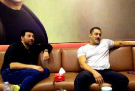 Although Salman Khan and Sunny Deol are close pals, they are hardly seen bonding with each other. Such rare instance took place recently when Sunny visited L...