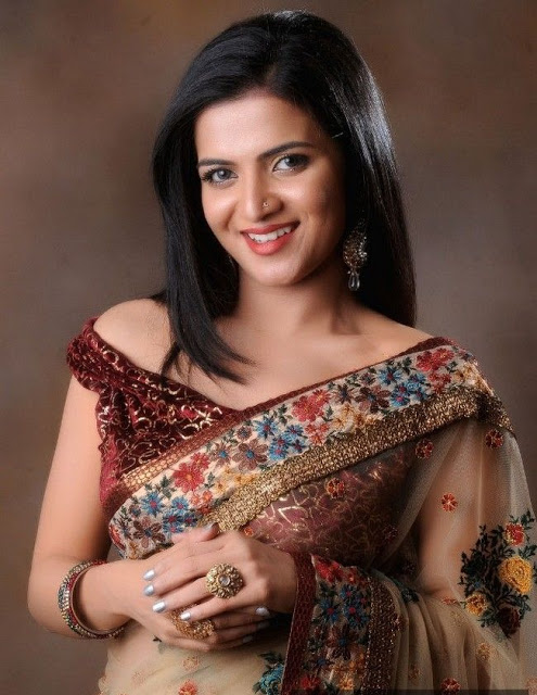 Anchor and TV Actress Divyadarshini hot in Saree Pics