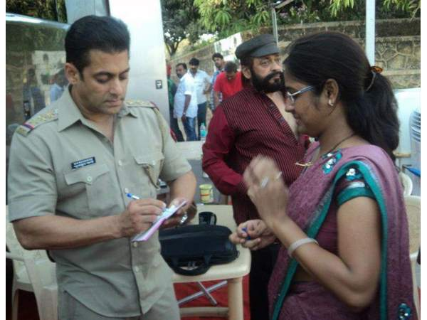 Salman Khan\'s rare and unseen pictures from Dabangg 2 sets! - Oneindia Entertainment