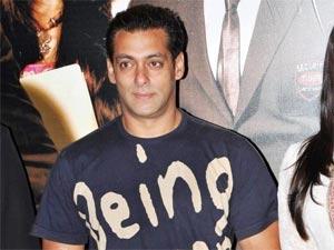 Salman Khan meets Delhi police martyrs kin, donates money - Oneindia Entertainment