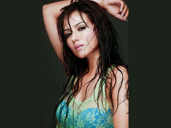 Bigg Boss 6: Sana Khan\'s rare and unseen pictures - Oneindia Entertainment