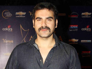 Salman Khan\'s brother Arbaaz Khan wishes to work with SRK! - Oneindia Entertainment