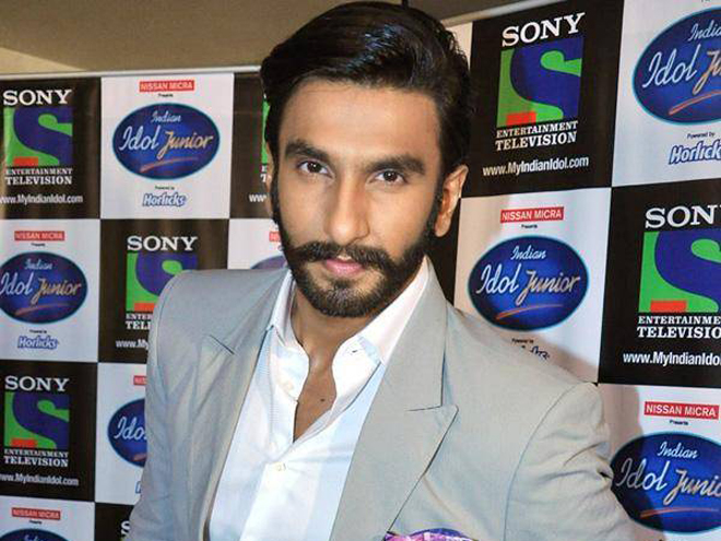 Mumbai: While promoting his recent release 'Lootera' on the set of Indian Idol Junior, Ranveer Singh stepped into 'shayarana' avatar to praised the co...